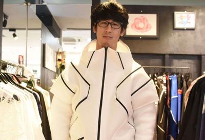 ラフォーレ内のhoyajukuというお店で、パワードスーツ風の洋服を着てみた。僕には着こなせる自信がない。