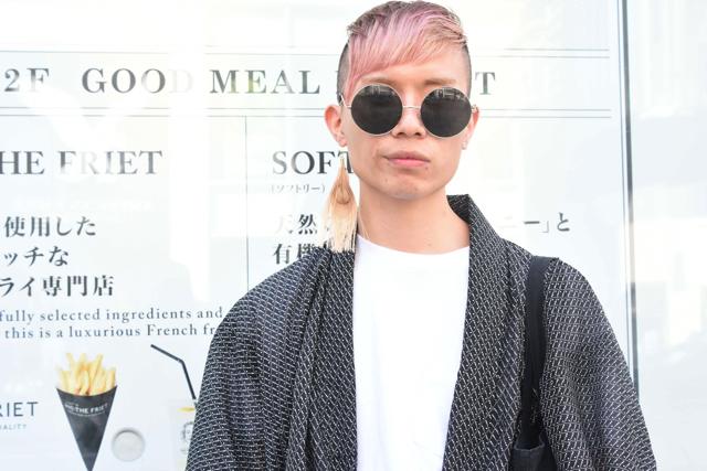 髪の毛がピンク色で和装にサングラス。個性的すぎる