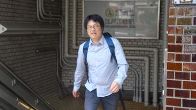 地下鉄の階段を上るのに辛そうな西村さん。ちょっとした登山でしょうか。