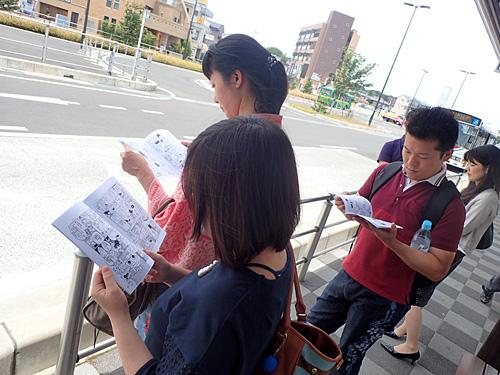 駅でタクシーを待つ間、同行者にファンブックを読ませる。自分が描いた本のように誇らしい。