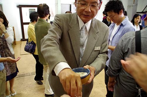 「蒸した米に麹菌をつけた米麹です。これをよく噛んで6時間待つと甘酒ができます。飲みこまないでください!」