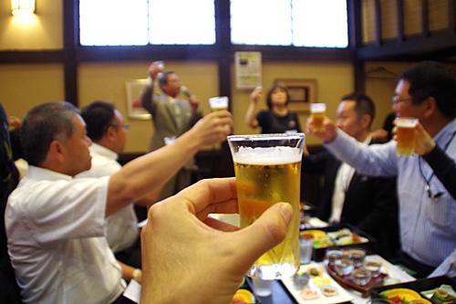 日本酒の蔵元だけどサッポロビールで乾杯。居酒屋を経営しているだけあって懐が深いな。
