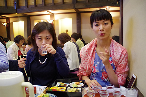 「リンゴジュース!」「ほんとだ、リンゴジュースだ!」と同行者。確かにリンゴジュースっぽいのだが、油断すると倒れるアルコール17%のリンゴジュース(日本酒)だ。