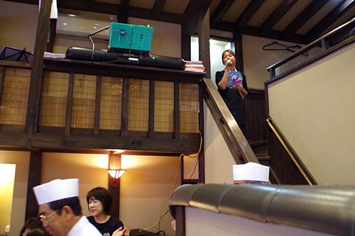 従業員さんが歌い上げる『月の法善寺横丁』にあわせて板前さんが登場!