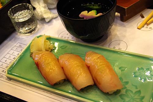 カンパチの寿司、うまい!お椀付きなのが優しい!