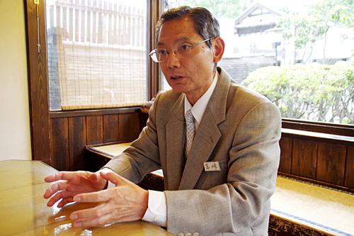 土日におこなわれる蔵元見学会の案内が休日の息抜き方法だという岩崎社長。それは仕事じゃないんですか。