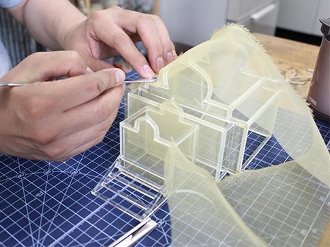 両面テープに生地を押しつけた瞬間にポキッと接合部分が折れる。心も折れる。