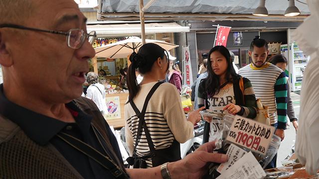 深谷水産の社長登場。三陸のわかめで100g1190円。わかめラーメンが8個くらい買える高級品である。