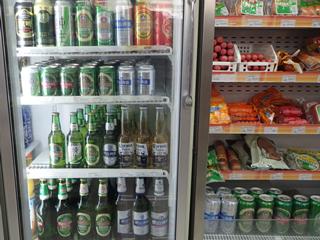コンビニ、青島ビール一族でお酒コーナーをほぼ埋め尽くす勢い(健闘しているコロナすごい)