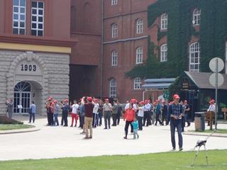 メジャーな観光地らしく、ツアー客が多めだ。帽子がみんな赤い