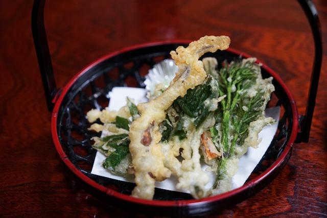 サンショウウオの天ぷら。真ん中の四分休符みたいな一品がそれ。