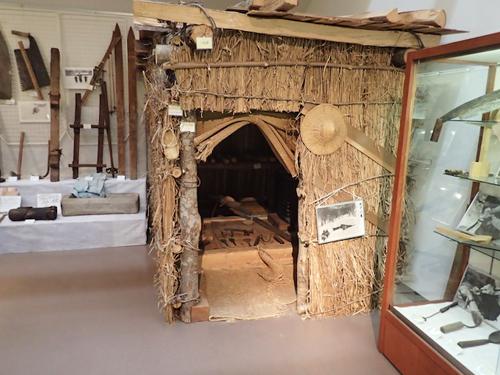 漁が盛んだった頃は山中に小屋を建てて泊まりこみで漁が行われた。民族資料館に展示されているムコウジロ小屋