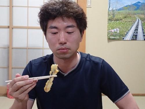 例の天ぷらを食すライターの玉置さん。今回の取材に同行してもらった。