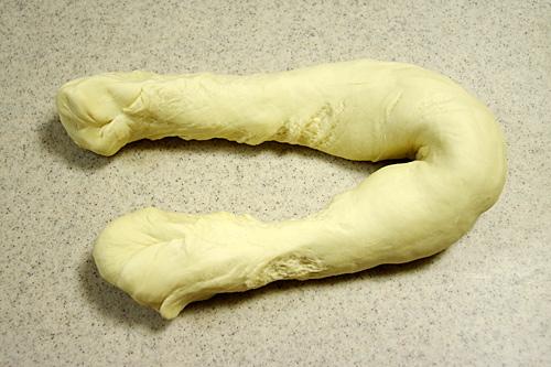 丸い生地をどうにかして棒状の麺生地、麺棒にする。