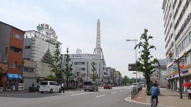 天保山の最寄り駅は、大阪市営地下鉄「大阪港駅」。市街地にあって交通の便がよいのが特徴で、駅を出ると視界にいきなり観覧車が現れる