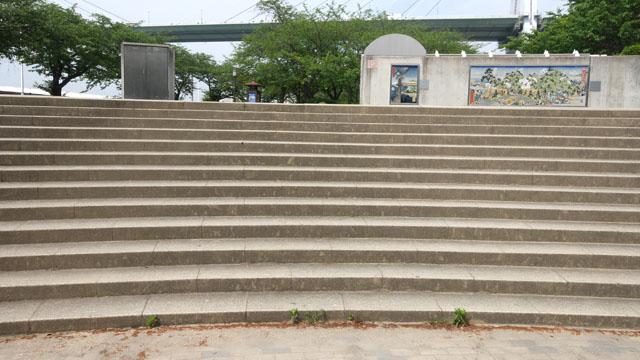 まずは公園の正面にある階段(13段)を上る