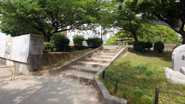 私の足で118歩、1分ほど歩いた先に、再び階段(8段)がある