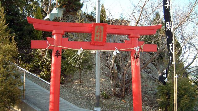 登山道の入り口に鳥居があるのが特徴。山頂に神社があるのだ