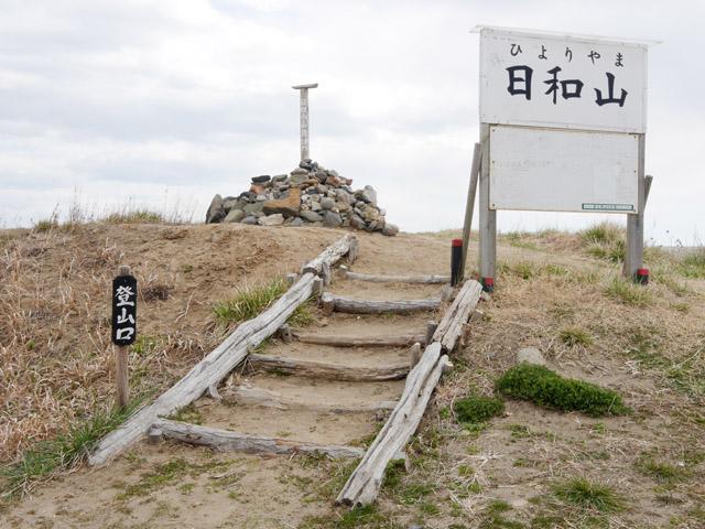 心の準備もできぬまま、いきなり登山口に差し掛かる。階段になっているので登りやすい