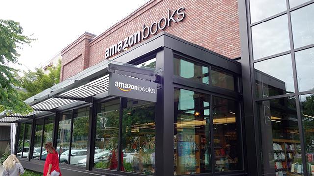 モールの出口付近にamazon書店がある。