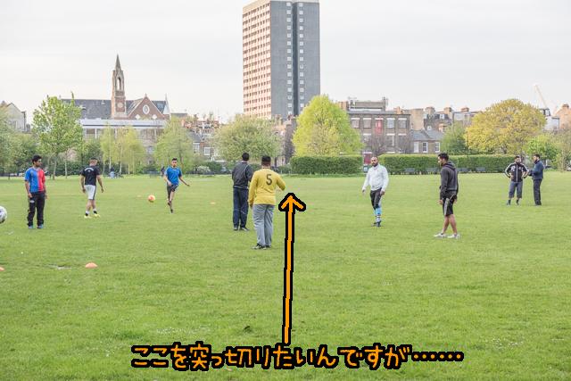 別の公園でも突っ切る予定が、サッカーやってる。