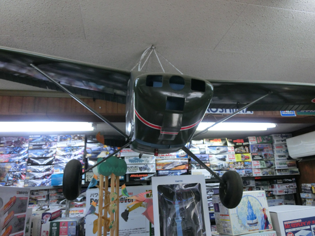 天井には飛行機のラジコン!