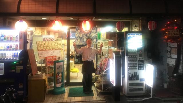閉店まで飲んで、最後はライトを消しに来た遠藤さんがダブルピースサイン