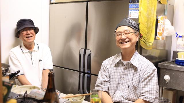 ちょっと休憩~と厨房に座った遠藤さんに話を聞いてみた。奥にいるのはお兄さん。