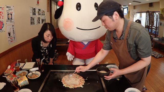 離乳食ですでにもんじゃを食べていたという大ベテランの吉田さんがじきじきに焼いてくれております