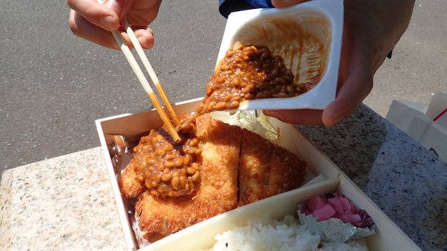 で、そんな味噌だれ納豆を今日はライスじゃなくってカツによっこらしょ!