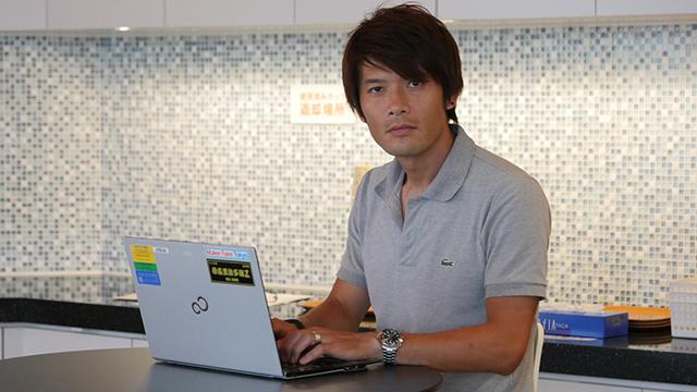 写真13.「見ないで」パソコンを使用する。実際の現場では手が動いていて違和感があった。「かっこいい」とともに「心配だ」「仕事ができなさそうだ」の声も多かった