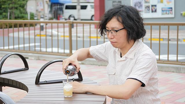 写真1.同じ「ビールを注ぐ」という行為を見ながら行ったもの