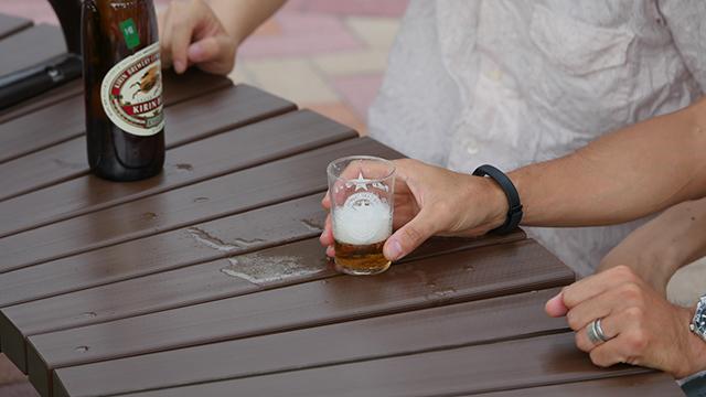 写真5.たしかにこぼしてはいる。かっこよさの代償として多くのビールが必要となる