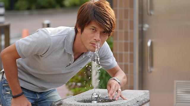 写真22.「見ないで」水を飲む人である。「かっこよさが一周まわってきた」「家のないベストジーニスト」などの声が上がった。