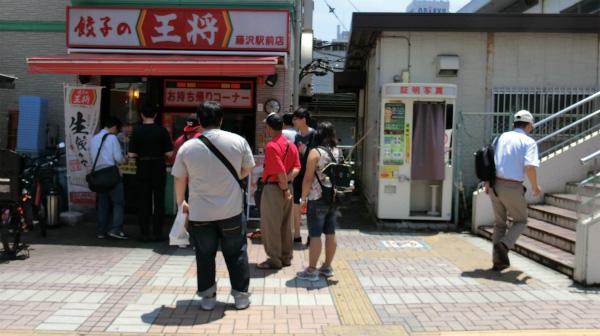 お昼時の中華料理屋に並んだ。