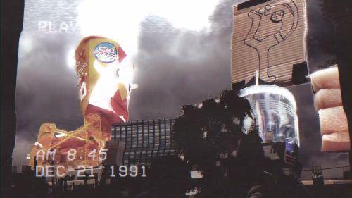 巨大化して登場したユズルロボ(第1回出場)とからあげクンロボ(出場してないけど初回からイメージキャラクターとして出演) そして逃げ惑う市民(2人)