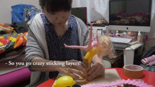 ロボットの作り方のサンプル。ライターのネッシーあやこさんの自宅にお邪魔した。 人形とバナナをテープでぐるぐる巻きにしていくネッシーさん