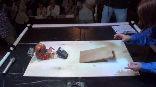 電気を使わず、坂を下りた勢いで突進する「位置エネルギーエンジン」搭載、コピーロボットの活躍