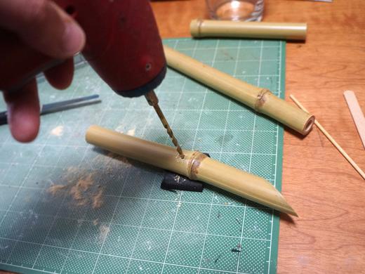 ドリルで穴開け。これは慣れてる大丈夫(片手で撮ってるので、実際はもちろん竹を押さえて穴開けしてます)。