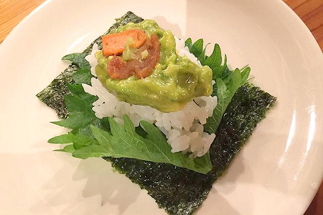 食べてもらったのはこれ、ウニニのホタテ卵巣乗せオープン手巻き寿司。