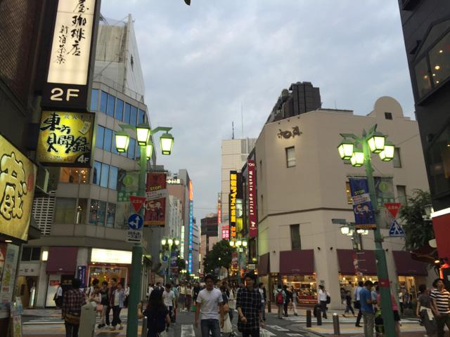 タテ読むべき看板がめっちゃくちゃある街、新宿。ボーナスゾーンに突入した気分だ。