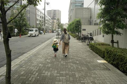 歩道を歩く親子