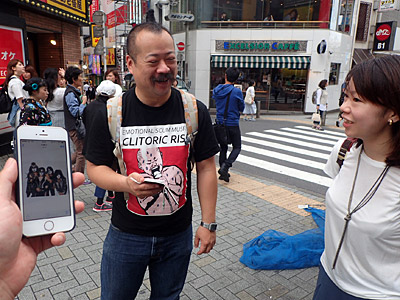 右がメイクを教えてくれる坂田さん。宮城マリオさんにはジーン・シモンズが似合うと思うんですよ。