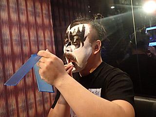 宮城さんの目指す唇は黒なので、メイクと同じカラーで塗っていただいた。
