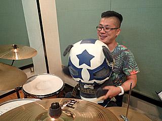 「なんやこれ、めっちゃむず!」と、パンダ越しにドラムを叩く初対面の阪本さん。