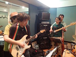 二人羽織でレッツ練習。斎藤さんとベースの松永さんは二度目なのでお互い冷静だ。