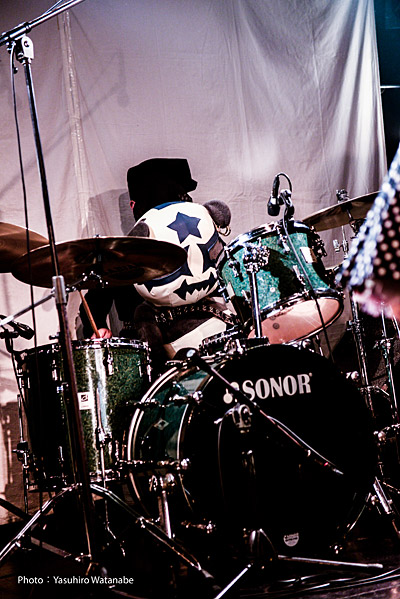 黙々とビートを刻むパンダ。キッスのドラムは猫のメイクが正解なのだが、ロックだから細かいことは気にするな。