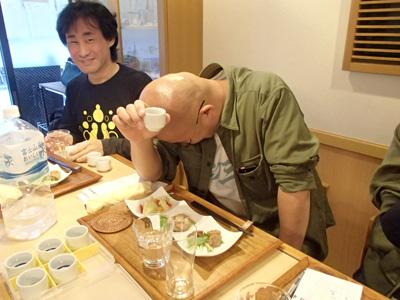 悔しがるベテラン日本酒ファン。ちゃんとお猪口にラベル貼っていたのに間違えるなんて。