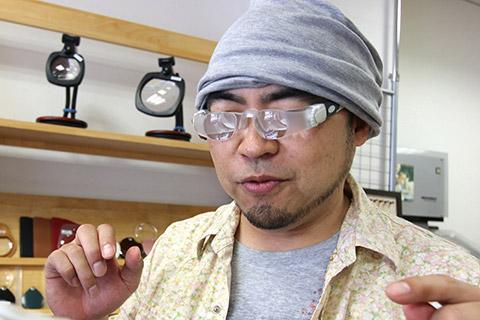 おもしろメガネかと思ったら、オペラグラス。ちょっとサイバーでかっこいい。