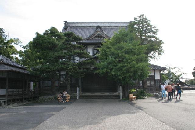 """こちらはJR掛川駅から徒歩10分程の距離にある「大日本報徳社」の公会堂。金次郎さんが唱えた""""報徳思想(ほうとくしそう)""""の普及を目指し作られ、国の重要文化財にもなっている"""